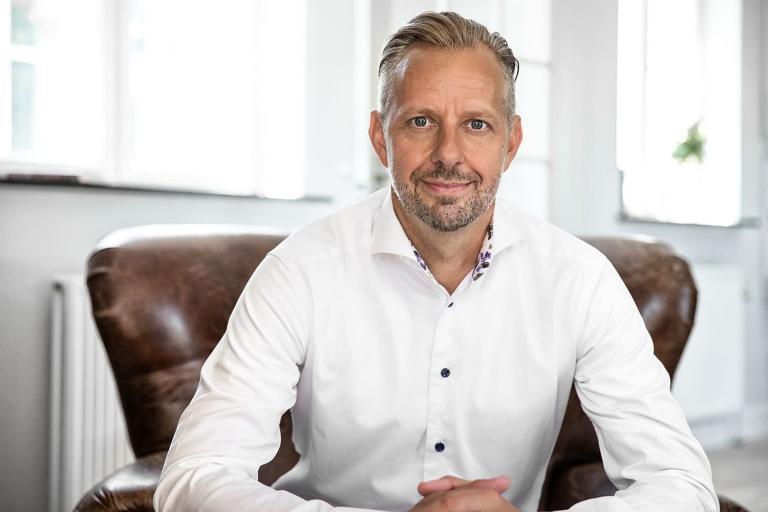 John Andersson, MBA, performance coach og ekspert i effektivisering har gennem de seneste 17 år hjulpet organisationer med at øge bundlinjen gennem et skarpt fokus på performance og effektivitet. John har med mere end 2.500 afholdte kurser i erhvervslivet en bred indsigt i, hvad der motiverer mennesker og reelt skaber forandringerne i organisationer i praksis.